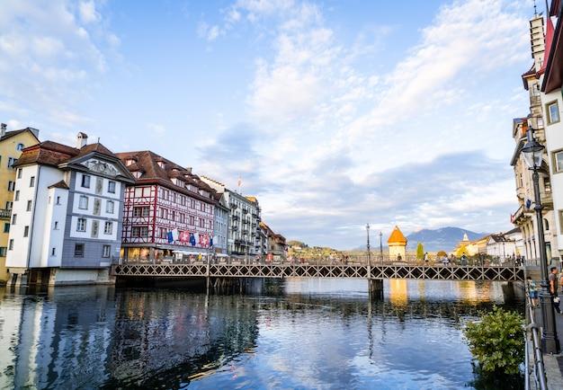 Luzern, zwitserland - 28 augustus 2018: uitzicht op de stad luzern, rivier de reuss met oud gebouw, luzern, zwitserland.