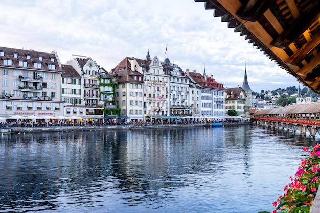 Luzern, zwitserland - 28 augustus 2018: zicht op de stad luzern, rivier de reuss met het oude gebouw, luzern,