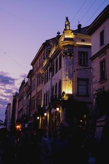 Lviv. oekraïne avondverlichting en paarse zonsondergang in het centrum van de stad. cafés, mensen, zomer.