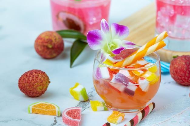 Lychee-gelei, seizoensfruit en prachtig ingericht thais dessertconcept.