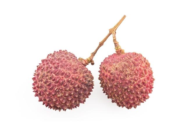 Lychee of litchi chinensis, vruchten geïsoleerd op wit met uitknippad. bovenaanzicht, plat leggen.