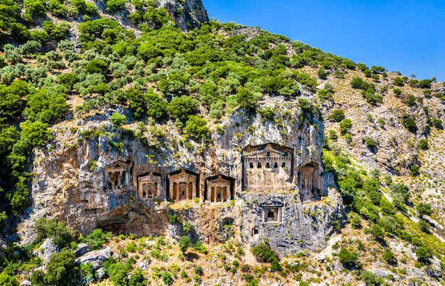 Lycische rotsgraven in dalyan, kaunos in turkije