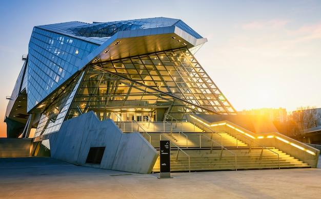 Lyon, frankrijk, 22 december 2014: musee des confluences. musee des confluences ligt aan de samenvloeiing van de rhône en de saone.