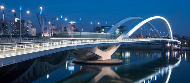 Lyon, frankrijk, 22 december 2014: panoramisch uitzicht op de brug van raymond barre bij nacht, lyon, frankrijk.