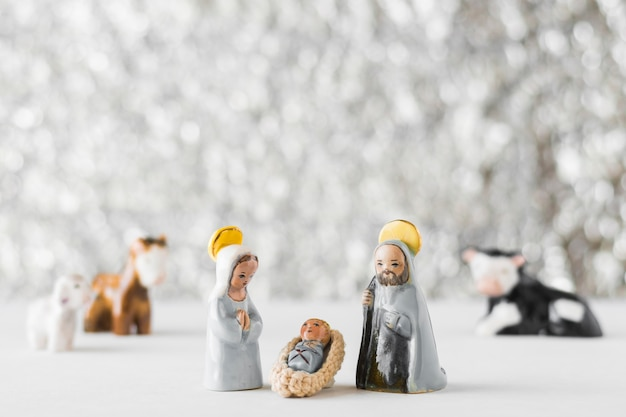 Maagd maria met baby jesus en saint joseph op onscherpe achtergrond