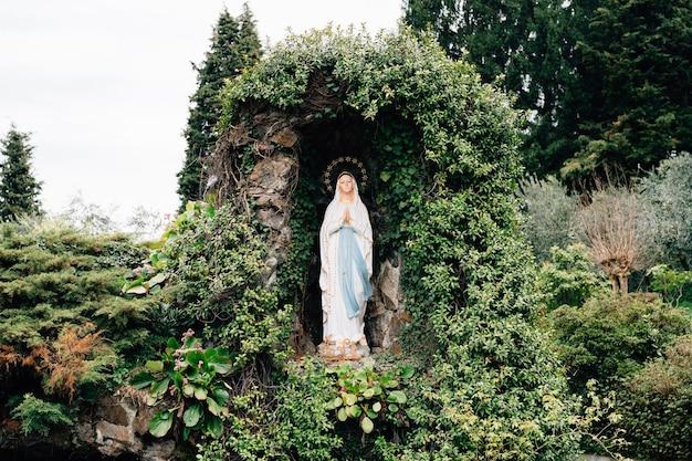 Maagd maria sculptuur van lourdes het standbeeld van onze lieve vrouw