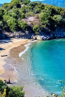 Maagdelijk strand met blauw water dichtbij olympiada-dorp halkidiki griekenland