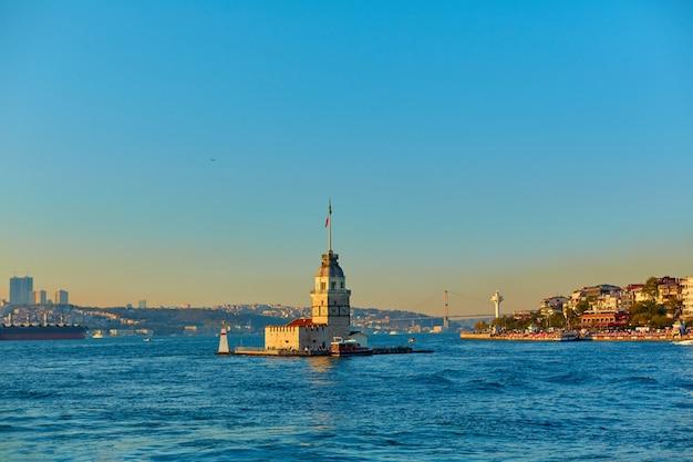 Maagdentoren in de straat van bosporus. een van de symbolen van de stad istanbul.
