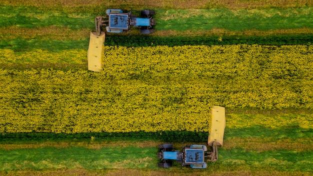 Maaien van raapzaadtractor luchtfotografie met een drone