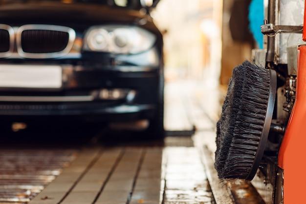 Maak auto schoon op automatische wasstraat