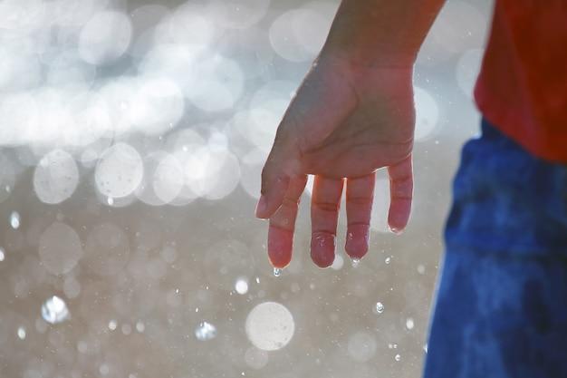 Maak de hand van een man nat op wazig