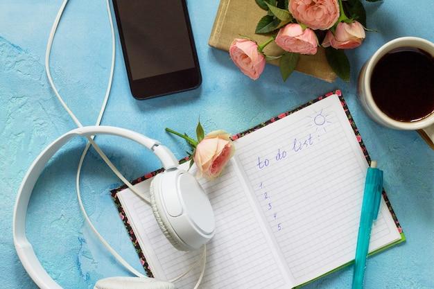Maak de lijst conceptueel smartphone koptelefoon koffiekopje en notebook bovenaanzicht plat lag