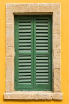Maak de luiken van het raam groen