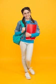Maak de schooltijd beter. klein kind houdt tas en boeken vast. gelukkig kind terug naar school. 1 september kennisdag. onderwijs en studie. beginnen. winkel voor schoolbenodigdheden. schoolverkoop.