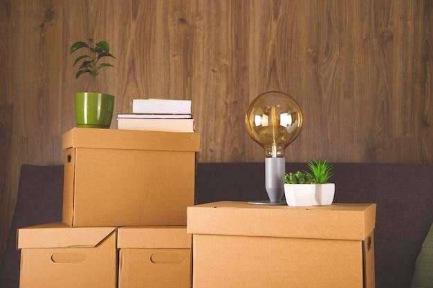 Maak dozen om dingen te verzamelen en naar een ander appartement te verhuizen. nieuw woon- en verhuisconcept.