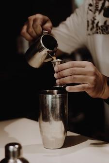 Maak een kopje cocktail