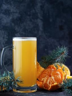Maak een limited edition kerstsinaasappel- en mandarijnbierbier op een donkere tafel