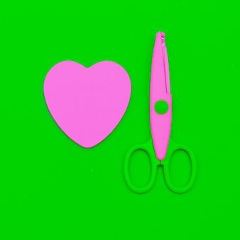 Maak een minimale set schaar en papieren hart. falat leken kunst