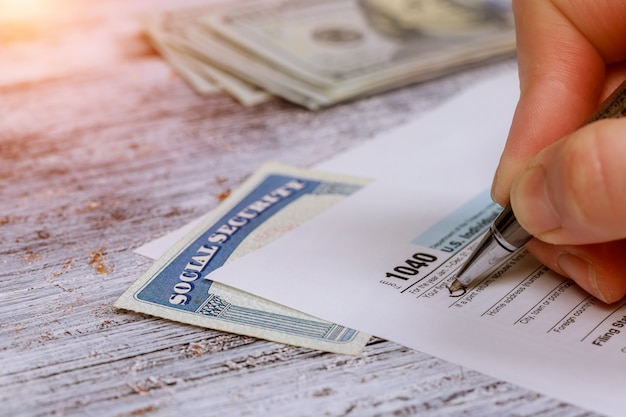 Maak geld klaar om belasting te betalen voor de aangiften inkomstenbelasting
