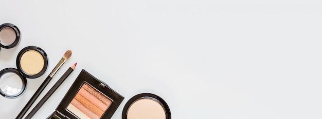Maak items op een witte achtergrond met kopie ruimte. set van luxe decoratieve cosmetica plat lag, bovenaanzicht, mockup, sjabloon. minimale stijl. schoonheid blogger concept.
