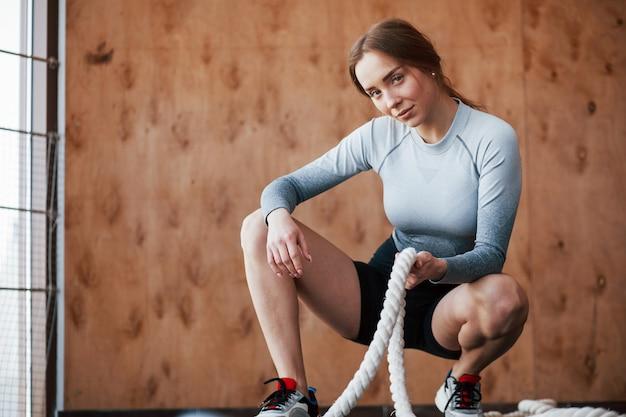 Maak je klaar voor zware oefeningen. sportieve jonge vrouw heeft fitnessdag in de sportschool in de ochtendtijd