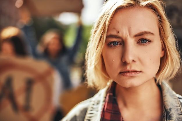 Maak je zorgen over mijn planeet close-up portret van trieste vrouwelijke activist die buiten huilt en protesteert