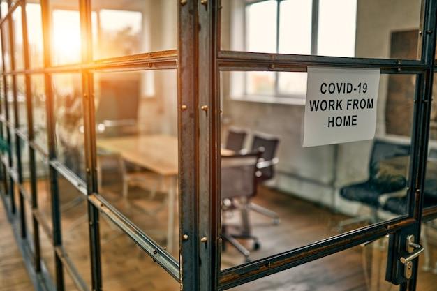 Maak kantoorruimte leeg terwijl de officier vanuit huis werkt om het coronavirus te voorkomen.