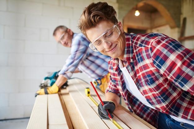 Maak kennis met ervaren timmerman en zijn jongere werknemer