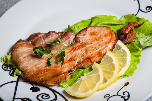 Maak kennis met salade en citroen op een witte plaat