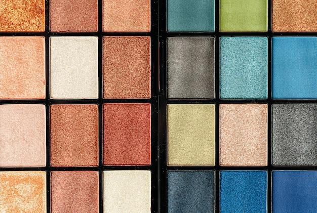 Maak kleurrijke oogschaduwpaletten op, sluit omhoog