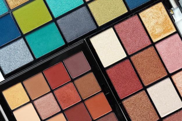 Maak kleurrijke oogschaduwpaletten
