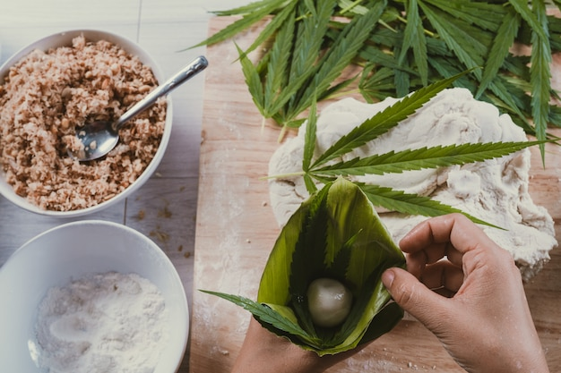 Maak snoepjes met marihuanabladeren als een onderdeel.
