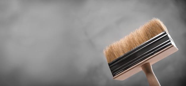 Maak verse nieuwe verfborstels schoon om te schilderen