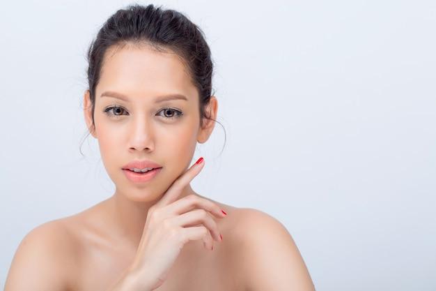 Maakt de schoonheids v-vorm gezicht van aziatische jonge vrouwenmannequin met natuurlijk haar gezicht op witte achtergrond omhoog raken