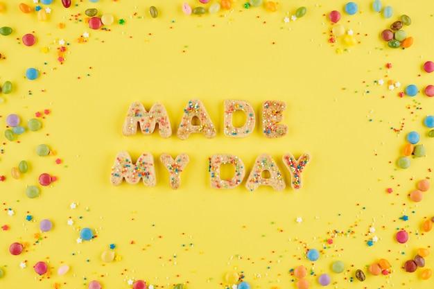 Maakte mijn daginschrijving gerangschikt van zoete zelfgemaakte koekjes met kleurrijke kleine snoepjes eromheen