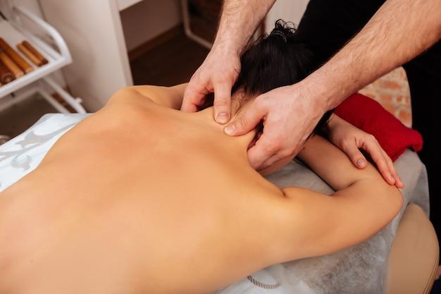Maal draaien. kostbare ervaren meester die extra aandacht besteedt aan nekbotten en spieren en erop drukt