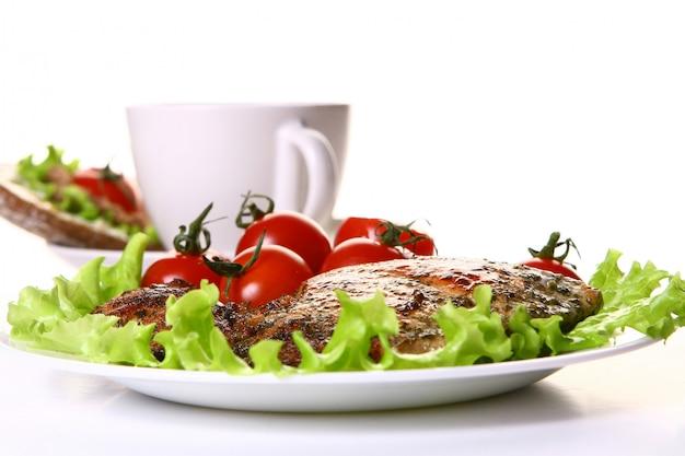 Maaltijd garneer met filet en groenten en koffie
