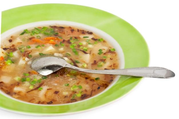 Maaltijd in porselein - verse soep van groenten met uienplooien