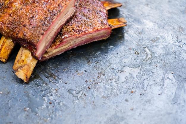 Maaltijdbezorgservice. menu met gegrild vlees. close-up van gerookte rundvleesribben.