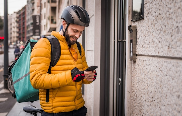 Maaltijdenbezorgservice, berijder die eten bezorgt aan klanten met de fiets - concepten over transport, voedsellevering en technologie