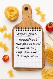Maaltijdplanning notitieblok en voedselarrangement