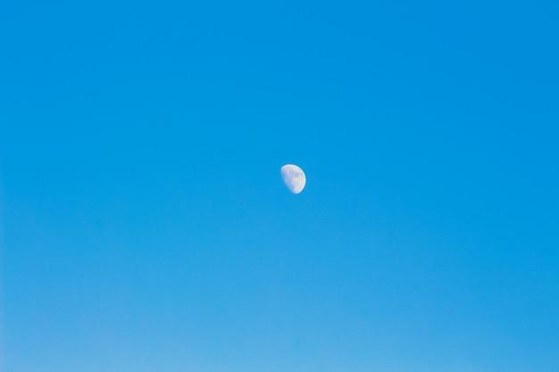 Maan aan de blauwe hemel. achtergrond, werkstuk voor ontwerp