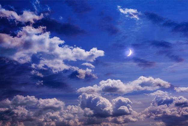 Maan aan de hemel met krullende wolken Premium Foto