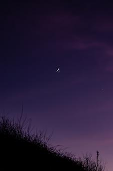 Maan aan de hemel 's nachts