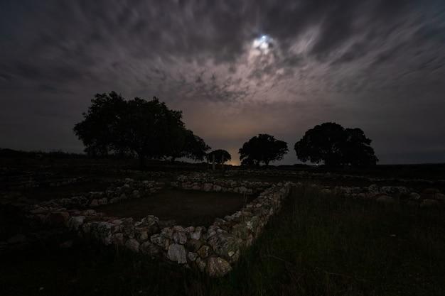 Maan achter wolken