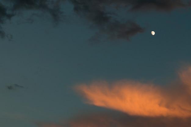 Maan en nimbus-wolken
