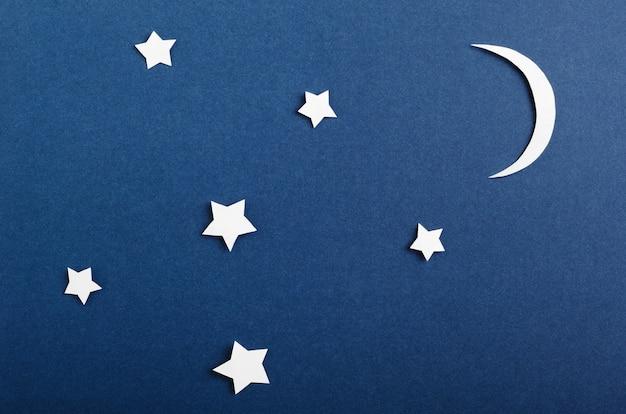 Maan en sterren geïsoleerd op blauw