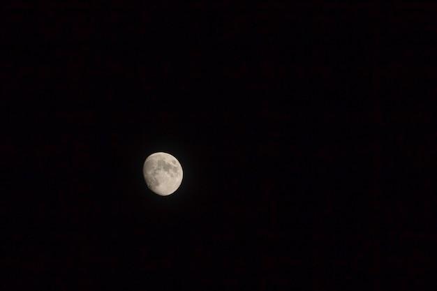 Maan in de donkere zwarte achtergrond foto 's nacht met kopie ruimte.