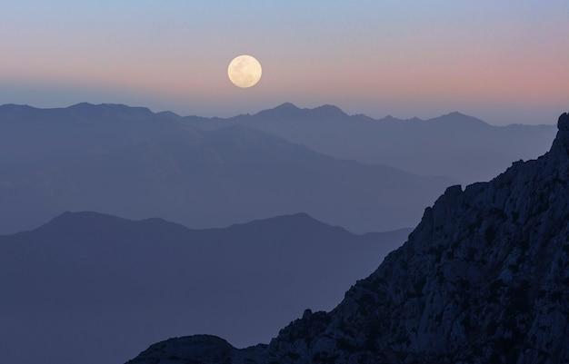 Maan in donkere hemel.