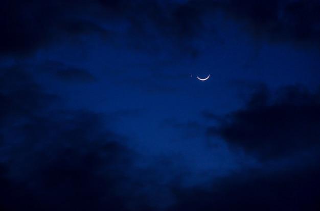 Maan met ster en wolken op de achtergrond van de nachthemel